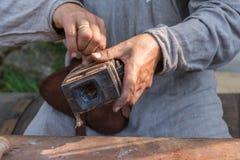 El forjador del metal prepara la salvadera de la forma Imagen de archivo libre de regalías