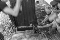 El forjar blanco y negro fotografía de archivo