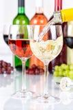 El formato de retrato blanco de colada de la botella de cristal del vino vierte foto de archivo libre de regalías