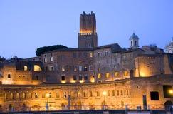El foro de Roma arruina las excavaciones de Italia del foro antiguo de la ciudad eterna de la noche, Trana Fotos de archivo