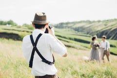el fotgrafo de la boda toma imgenes de la novia y del novio en la naturaleza