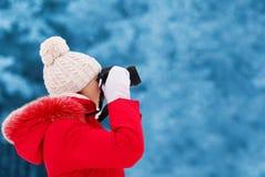 El fotógrafo de la mujer toma la imagen en la cámara digital al aire libre Fotografía de archivo