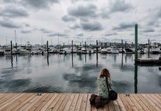 El fotógrafo de la mujer visto el tomar de imágenes de Nueva Inglaterra se abriga fotos de archivo libres de regalías