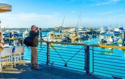 El fotógrafo en el puerto de Jaffa Imagen de archivo