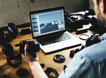 El fotógrafo está comprobando el equipo de la cámara imagen de archivo libre de regalías