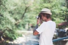 El fotógrafo está tomando las fotos en el parque Fotos de archivo