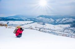 El fotógrafo fotografía el paisaje del invierno, montaña de la nieve Imagen de archivo libre de regalías