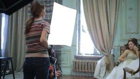 El fotógrafo joven está tomando a imágenes la novia metrajes