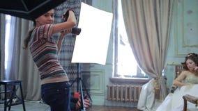 El fotógrafo joven está tomando a imágenes la novia almacen de metraje de vídeo