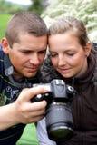 El fotógrafo muestra a la muchacha del tiro de la cámara imágenes de archivo libres de regalías