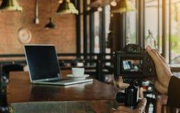 El fotógrafo para tomar una foto en café en la mañana mire adentro Fotografía de archivo