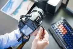 El fotógrafo pone la tarjeta de memoria Imagenes de archivo