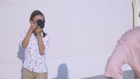 El fotógrafo profesional toma imágenes de un modelo de la muchacha 4k, cámara lenta, metrajes