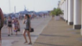 El fotógrafo profesional toma imágenes de un modelo de la muchacha 4k, cámara lenta, almacen de video