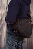 El fotógrafo retiene el bolso para la cámara Imagen de archivo libre de regalías
