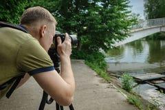 El fotógrafo se está enfocando imagen de archivo