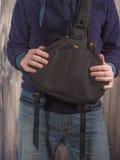 El fotógrafo sostiene el bolso para la cámara Imagen de archivo libre de regalías