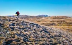El fotógrafo toma imágenes encima de la montaña en otoño Imagen de archivo
