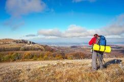 El fotógrafo toma imágenes encima de la montaña en otoño Fotos de archivo