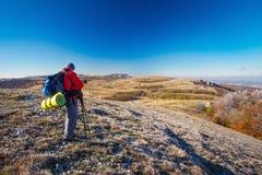 El fotógrafo toma imágenes encima de la montaña en otoño Foto de archivo