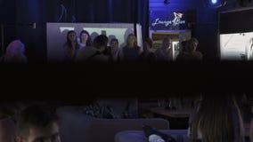 El fotógrafo toma la foto de la mujer en etapa en restaurante acontecimiento holidays Gente almacen de metraje de vídeo