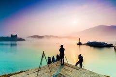 El fotógrafo toma la foto en el lago moon de Sun imagen de archivo