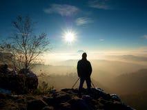 El fotógrafo toma la imagen de las rocas del helada cubiertas con nieve fresca del polvo Fotos de archivo