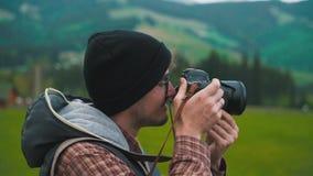 El fotógrafo toma una foto en el primer en naturaleza almacen de metraje de vídeo