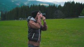 El fotógrafo toma una foto en las montañas metrajes
