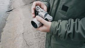 El fotógrafo toma una imagen delante de la cámara almacen de video