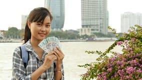 El fotógrafo vietnamita de la muchacha toma imágenes de la naturaleza en el centro de ciudad en la puesta del sol imagen de archivo libre de regalías