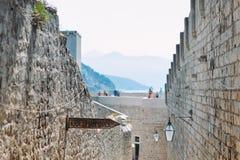 El frío del ` bebe el ` en la ciudad vieja de Dubrovnik Fotografía de archivo libre de regalías