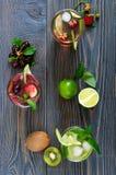 El frío del verano bebe con las frutas frescas, las bayas y la menta foto de archivo libre de regalías