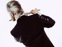 El frac que lleva del flautista de sexo masculino toca la flauta Fotografía de archivo libre de regalías