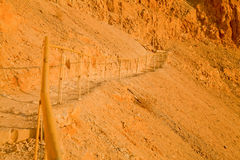 El fragmento de una barandilla en la montaña asciende Imágenes de archivo libres de regalías