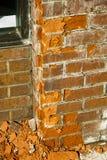 El fragmento de una pared de ladrillo roja comenzó a desmenuzar Foto de archivo libre de regalías