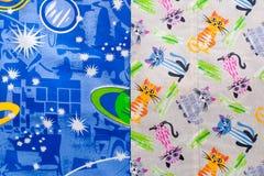 El fragmento del modelo colorido de la materia textil de la tapicería con las muestras del zodiaco útiles como fondo y el gato im imágenes de archivo libres de regalías