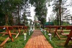 El fragmento le gusta la vista de sillas agradables y del arco listos para la ceremonia de boda Fotografía de archivo libre de regalías