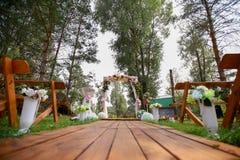El fragmento le gusta la vista de sillas agradables y del arco listos para la ceremonia de boda Imagen de archivo