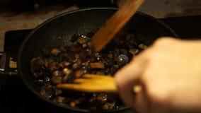El freír de las setas Comida vegetariana Cocinero Cooking Setas en una cacerola almacen de metraje de vídeo