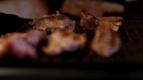 El freír del filete Carne de cerdo en parrilla Cocinero Cooking Carne fresca Comida malsana Bbq