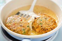 El freír en aceite en fishcakes de los salmones de la cacerola Imagenes de archivo