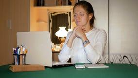 El freelancer de la muchacha no trabaja bien en casa y ella está muy nerviosa Una morenita enojada lanza su cuaderno lejos de almacen de video