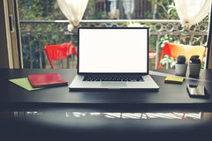 El Freelancer necesita el puesto de trabajo, el lugar de trabajo con el ordenador portátil, el smartphone, el cuaderno y el pote  Foto de archivo