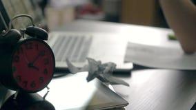 El Freelancer trabaja en casa trastornado en no poder acabar el trabajo metrajes
