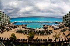 El frente de la playa en un complejo playero de lujo en Cancun Imagen de archivo libre de regalías