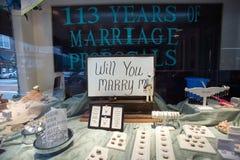 El frente de la tienda lee el ½ del ¿del ï usted casará el ½ del ¿de Meï en el soporte airoso, Carolina del Norte, la ciudad ofre Imágenes de archivo libres de regalías