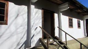 El frente de una casa de madera vieja imagen de archivo