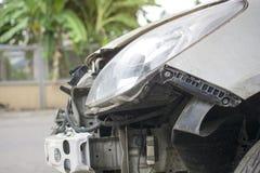 El frente del coche blanco dañó los automóviles después de la colisión en el camino imagen de archivo libre de regalías