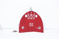 El frente del granero viejo rojo brillante Fotos de archivo